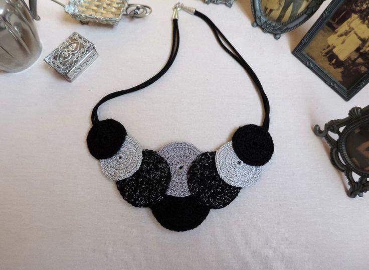 Colar confeccionado em mandalas de crochê com corrente de couro. Feito para ser usado dos dois lados. É enrijecido, colado e costurado com fino acabamento. Cor preto cinza e prata.