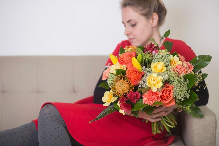 Ramo con flores frescas en tonos amarillos y naranja #Ramo #flores #frescas #tonos #amarillos #naranja