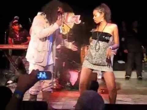 """""""Los Van Van"""" en vivo.  Si o no, Mayito Rivera y una bailarina cubana"""