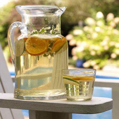 Witte sangria Ingredienten:  2 sinaasappels 1 citroen 1 kleine appel 2 eetlepels fijne kristalsuiker 4 eetlepels Grand Marnier (of Cointreau) 1 gekoelde fles witte wijn, bijvoorbeeld een Chardonnay  350 ml gaseosa of Sprite verse munt ijsblokjes