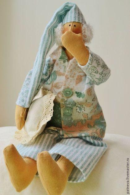 Купить или заказать Кукла Тильда сплюшка в интернет-магазине на Ярмарке Мастеров. Текстильная кукла Тильда в пижаме, сонный ангел или сплюшка. Тильда сплюшка выполнен из натуральных материалов. Волосы из шерстяной пряжи. В руке подушка из льна, отделанная хлопковым кружевом. Кукла Тильда оригинальный подарок ребенку от 3 до 80 лет...)) ! Повтор данной куклы не возможен . Хотите быть в курсе новинок? Жмите кнопку 'Добавьте в свой круг' на левой панели.
