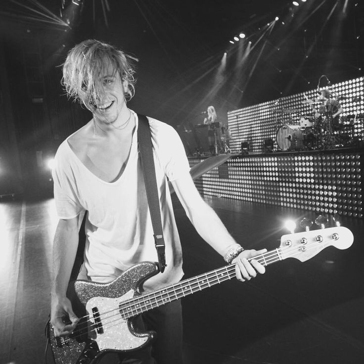"""Fun show Virginia! My necklace kinda got stuck in my hair"" Riker lynch"
