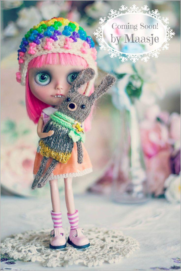 Knitted bunny and Blythe doll by Maasje www.facebook.com/maasjecustoms www.etsy.com/shop/maasje