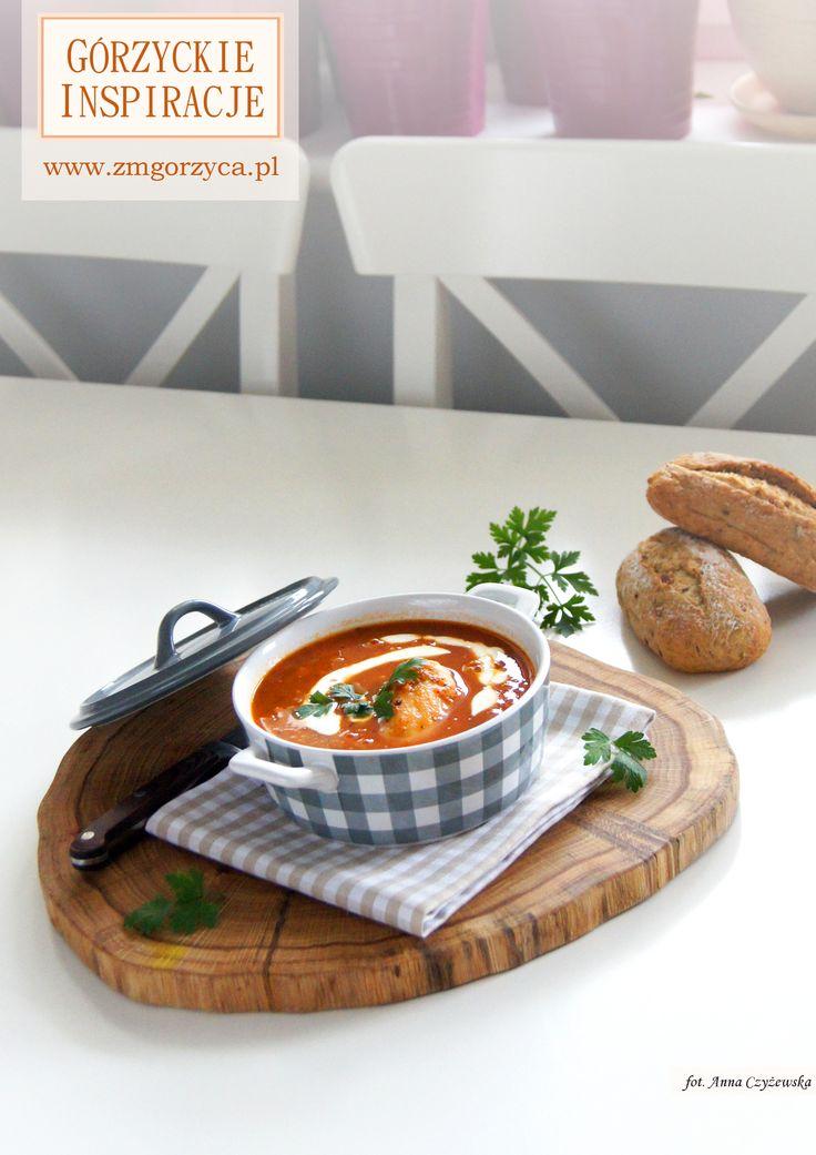 Lekko pikantna zupa z pieczonych pomidorów z dodatkiem papryki, soczewicy i kurczaka podawana z jogurtem naturalnym i natką pietruszki http://zmgorzyca.pl/index.php/pl/kulinarny/zupy/377-zupa-z-soczewicy-6