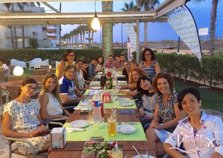 El #TeamISP celebra el final del #SummerCampISP2016 con una cena al aire libre con la suave brisa del mar. Despiden este magnífico e internacional verano 2016. ¡Felices Vacaciones!
