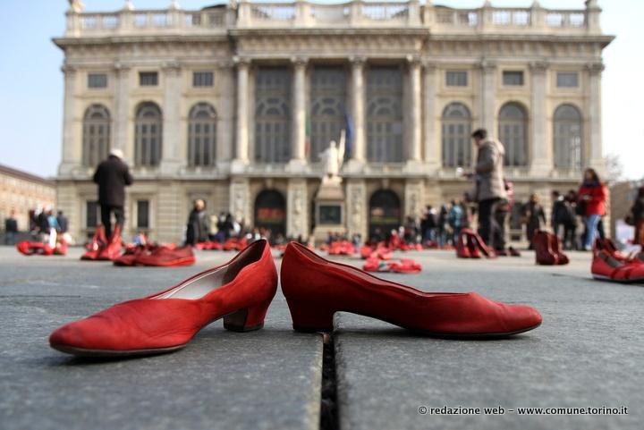 Zapatos Rojos: scarpe rosse in piazza Castello contro la violenza sulle donne. 2 marzo 2013 #Torino