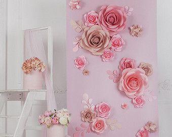 Ik ging naar een bruiloft zodra dat sommige grote papier bloemen achtergrond had. Licht roze papieren bloemen waren zo elegant, opvallende en onvergetelijk!! b Om eerlijk te zijn, weet ik niet alle decoraties dan de papieren bloem achtergrond van dit huwelijk. Het zag er professioneel gemaakt en sindsdien ik mijn leven gewijd aan papier.  Wij zijn betrokken in papier bloem kunst sinds 2011 en gebruik alleen onze unieke templates voor papieren bloemen en bladeren. Wij willen absoluut uniek…