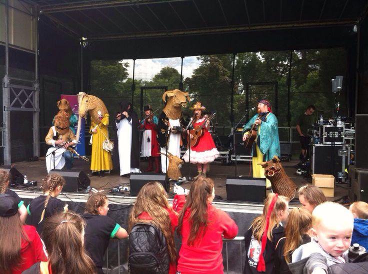Ar stáitse, Pairc na bhFál, mar chuid Fhéile An Phobail 2015 - Beal Feirste - Lunasa 2015 On stage at Falls Park, as part of Féile an Phobail 2015 - Belfast - August 2015