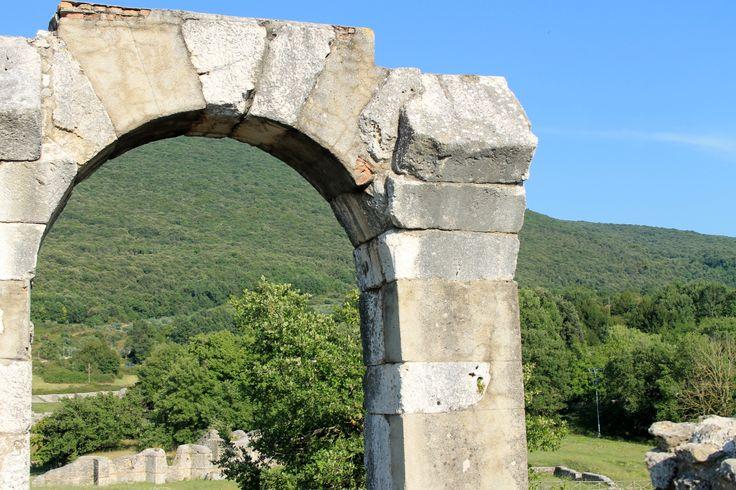 Carsulae era una cittadina romana nel sud dell'Umbria, un crocevia fra le tante strade che portavano a Roma. Fu abbandonata nel corso dei secoli, riscoperta dagli archeologi nel secolo scorso. Un gran bel posto per un pomeriggio d'estate, per passeggiare fra i fiori e le rovine.