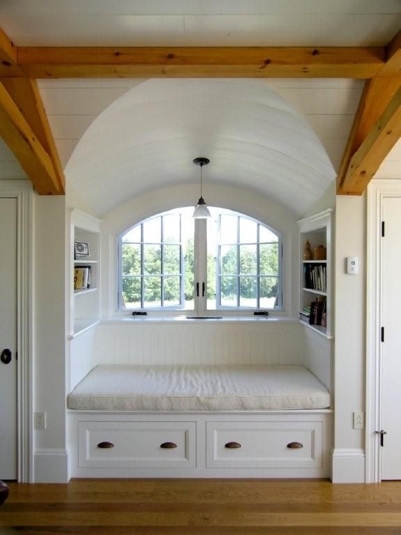 I really want a window area like this. Can you imagine stretching out to read? Or taking a nap while it's raining? Ahh.