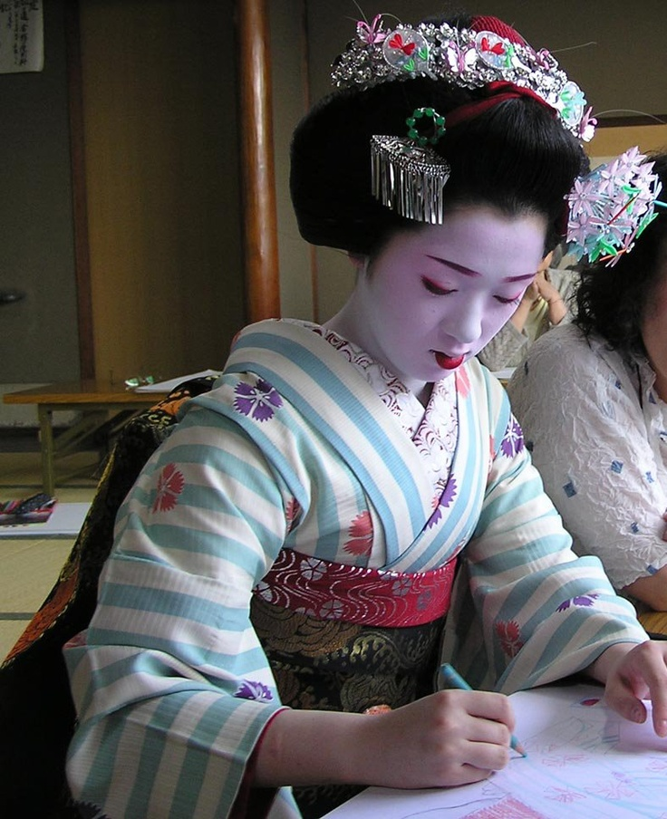 Maiko. I Love the striped kimono, it reminds me of what it would be like if @Lauren Davison Elizabeth were a maiko.