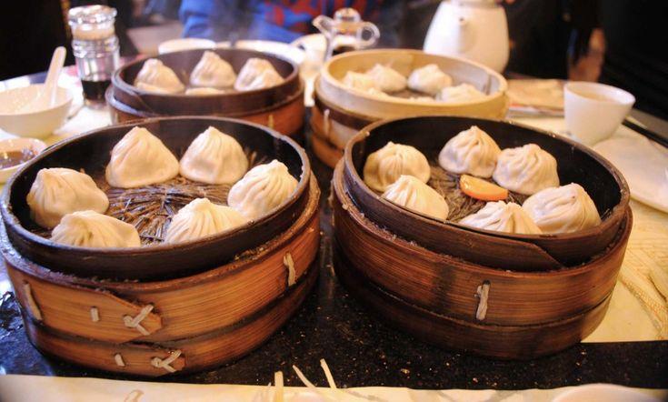I dumplings. Shanghai (China). Se capitate da quelle parti, potrebbe fare al caso vostro la Nanxiang Dumpling House. Si tratta di una vera e propria istituzione dei ravioli cinesi – nelle loro varianti, maiale, granchio e vegetariani – che si riconosce per la posizione proprio al centro degli Yu Gardens e per la coda all'esterno. Serviti nel tradizionale xiao long bau, il cestello di bambù dove vengono cotti al vapore, costano pochi dollari ma valgono molto di più.