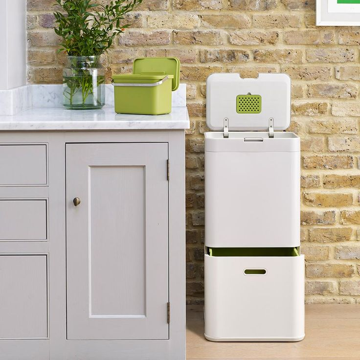 Het nieuwe Joseph Joseph afvalsysteem, de Intelligent Waste lijn, heeft handige compartimenten waarin verschillende soorten afval kunnen worden gescheiden.
