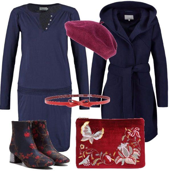 Semplice abitino in maglina, reso interessante dalla cintura rossa, dal cappotto a vestaglia con cappuccio, stivaletti blu con ricami rossi, pochette scarlatta e baschetto.