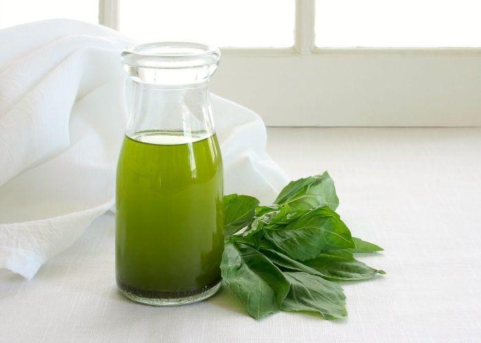 L'olio al basilico viene preparato mettendo le infiorescenze di basilico in infusione nell'olio extravergine d'oliva e lasciandovele per 3 settimane. Scopri come realizzare questa profumatissima ricetta.