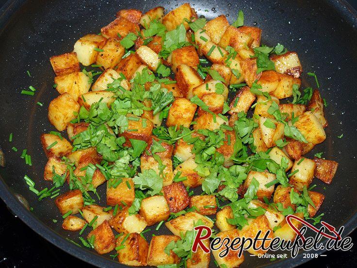 Rezept für Bratkartoffeln aus Kartoffelwürfel welche vorgegart werden. In Öl gebraten, nur mit Salz und Pfeffer gewürzt und mit frischen Kräutern bestreut.