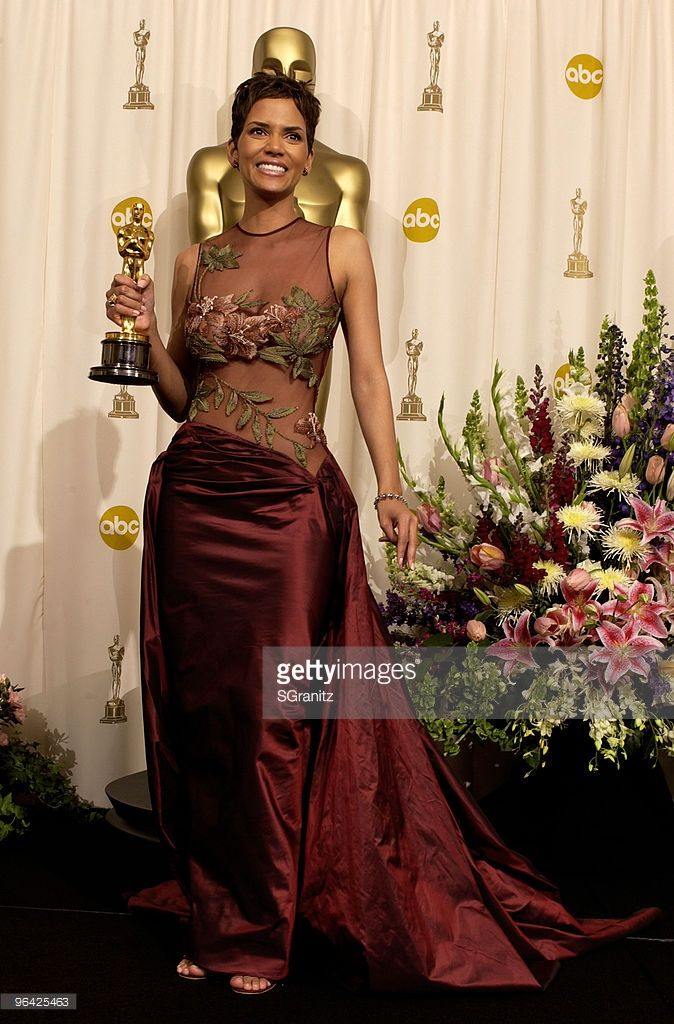 Halle Berry poses with her  Actress in a Leading Role Oscar for 'Monster's Ball' (Photo by SGranitz/WireImage)