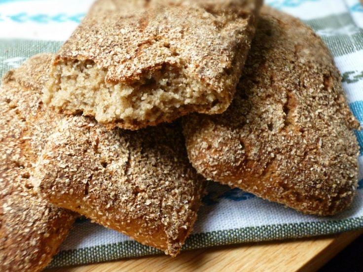 Один из самых простых способов приготовить ржаной хлеб. Минимум продуктов и минимум усилий, а результат - ароматные и красивые краюшки. Удобно взять с собо