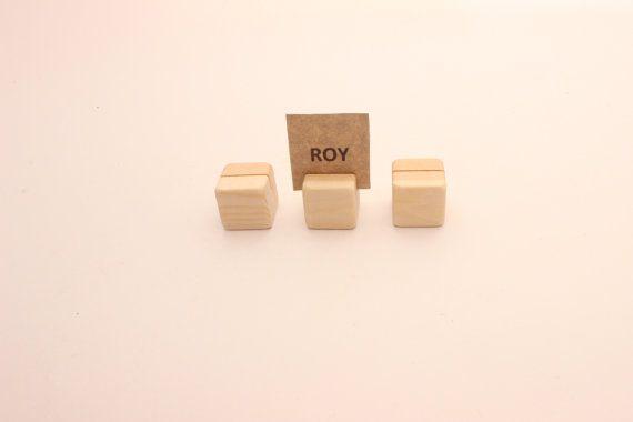 Questi titolari di carta sono di dimensioni perfette per contenere: -carte da tavolo -i numeri della tabella -Foto -Schede di menu -piccoli segni -Biglietti da visita -altre cose da carta ecc.  Dimensione di titolari di carta in legno: 2,5 cm x 2,5 cm x 2,5 cm 1 pollice x 1 pollice x 1 pollice  Questi titolari di carta in legno sono realizzati in pino con superficie liscia (sabbiato e spigoli extra sabbiati).  È possibile scegliere questi supporti con o senza olio di lino (per favore Mostra…