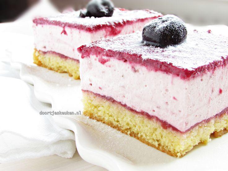 Het recept voor een overheerlijk frisse kersenbavarois taart en aardbeien met een lekkere bodem van biscuit en een lekkere bovenkant