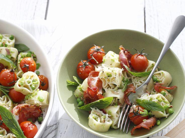 Pastasalat mit Tomaten, Schinken und Minze | Kalorien: 481 Kcal - Zeit: 30 Min. | http://eatsmarter.de/rezepte/pastasalat-mit-tomaten-schinken-und-minze