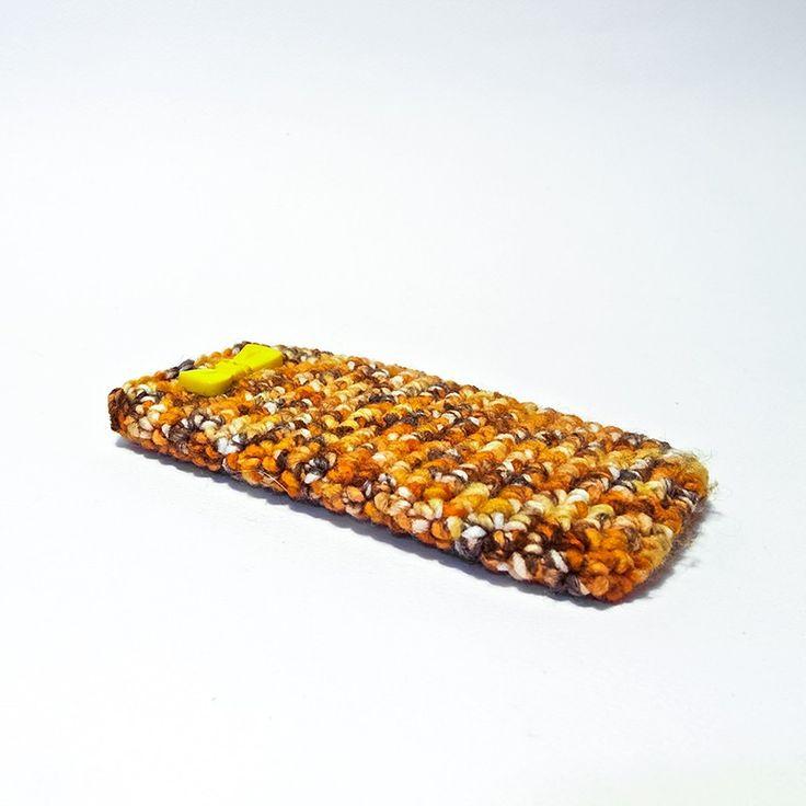 Custodia per smartphone IPhone 5/5S in lana melange arancio con applicazione di piccolo fiocchetto in plastica color giallo.