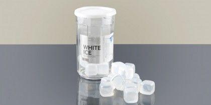 White Ice (Temporal) Contenedor con 24 cubos de hielo reutilizables muy prácticos y resistentes. Enfría las bebidas sin diluirlas. Están fabricados con plástico HDPE (alimentario) y contienen agua purificada.