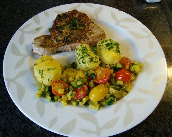 Recept voor Gebakken tonijn met zuiderse groentjes. Meer originele recepten en bereidingswijze voor visgerechten vind je op gette.org.