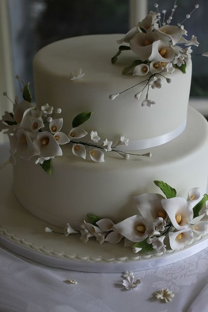 wedding cake decorated with calla lilies 25 best ideas about calla cake on 22359