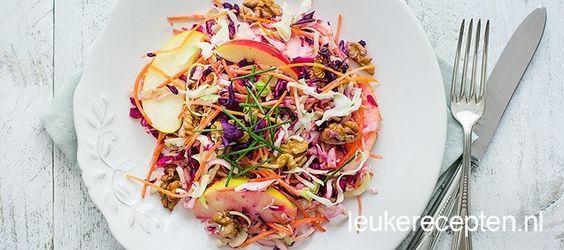 gezonde gekleurde salade met witte en rode kool, wortel, stukjes appel en een…