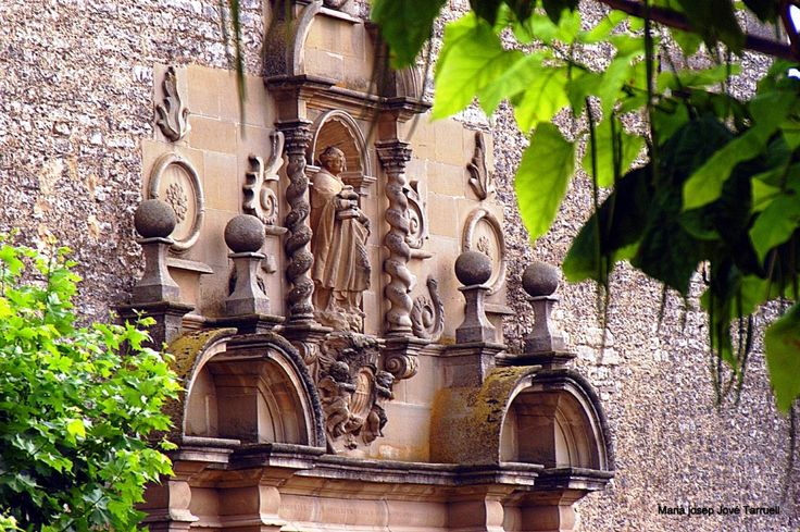 Els Tres tombs de Sant Ramon es celebren el dia 31 d'agost, dia de la festivitat del Sant, al voltant del convent. Aquesta tradició té l'origen quan després de la seva mort, les despulles del Sant, que morí al castell de Cardona, es carregaren sobre una mula cega per decidir el lloc del seu enterrament. La mula, en arribar a l'ermita de Sant Nicolau on Ramon de petit feia de pastor, va donar tres tombs i va caure morta. En aquest lloc va ser enterrat  i posteriorment es va erigir el…