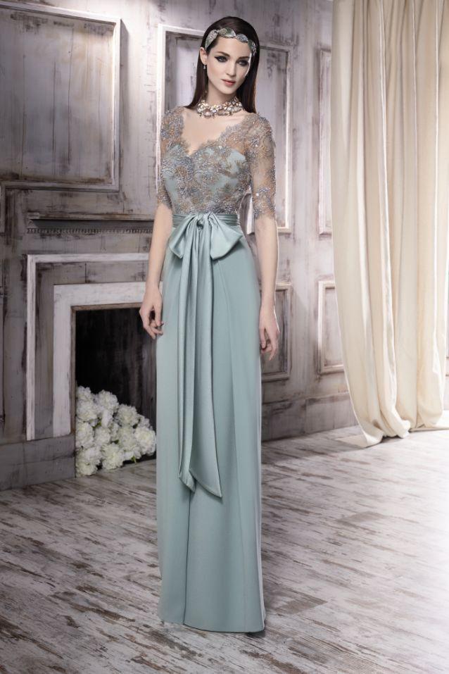 78d05433d Vestido de madrina largo con cuerpo en pedreria. Ideal con estola de pelo  para bodas de otoño. Colección Manu Garci…