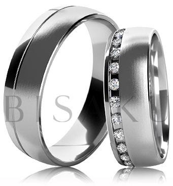 B43 Snubní prsteny z bílého zlata se zkosenou lesklou hranou a saténově matným povrchem. Dámský prsten zdobený kameny. #bisaku #wedding #rings #engagement #svatba #snubni #prsteny