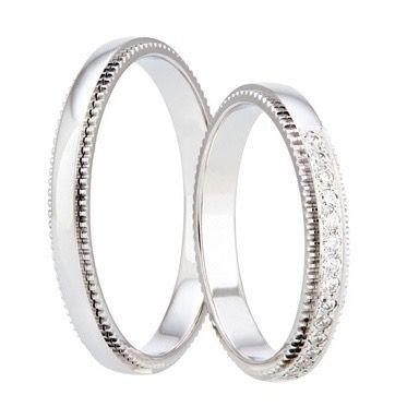 Atributem těchto něžných prstenů je jemné zoubkování po celém jejich obvodu. Překrásný dámský prsten, který zdobí patnáct blyštivých kamenů, lze nosit samostatně i v kombinaci se zásnubním prstýnkem.