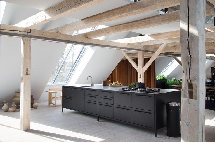 Eine Küche fürs Leben, die etwas aushält, unkompliziert ist, einen Hauch zeitgemäßen, urbanen Industrial Style mitbringt und sogar den Ansprüchen von Profis genügt? Die keine aufwendige Planung braucht und so gut wie gleich 'mitgenommen' werden kann?