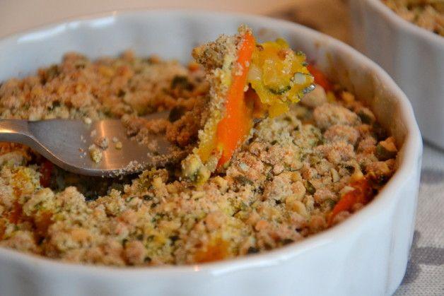 Crumble de potimarron et légumes d'automne aux graines de courge :   Pour la garniture : - 1/2 potimarron (soit 200 g. environ) - 2 carottes - 1 courgette - 1 oignon - 1 gousse d'ail - 1/2 c. à c. de sel gris de mer - Poivre du moulin  Pour la pâte à crumble : - 50 g. de graines de courge - 50 g. d'emmental  - 75 g. de farine de riz - 2 c. à s. d'huile d'olive - 2 c. à s. d'eau filtrée