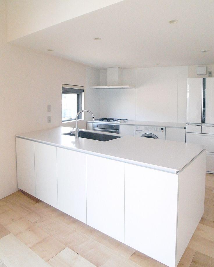 施工事例。 <Ⅱ型キッチン> …真っ白なキッチン。 キッチンの中にビルトイン型の洗濯機が入っています。日本では珍しい光景ですが、海外ではむしろ一般的なんですよ! 白い空間は少しの採光でも反射して部屋が明るくなります。 このキッチンは通常開き扉よりサイドのパネル勝ちになるところを敢えて開き扉勝ちにしているところがポイントです。 小さな事ですが、正面から見たときに縦のラインが一本減ることで雰囲気は結構変わります。 キッチン/オーダーキッチン