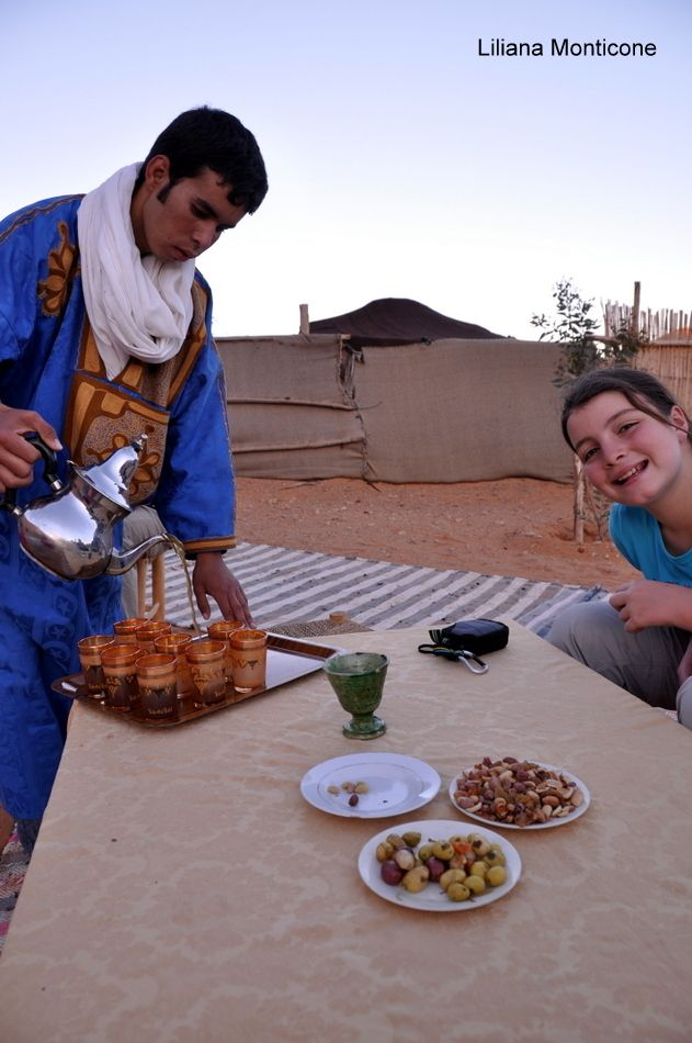 Berber tea in the desert.  Tè berbero nel deserto.