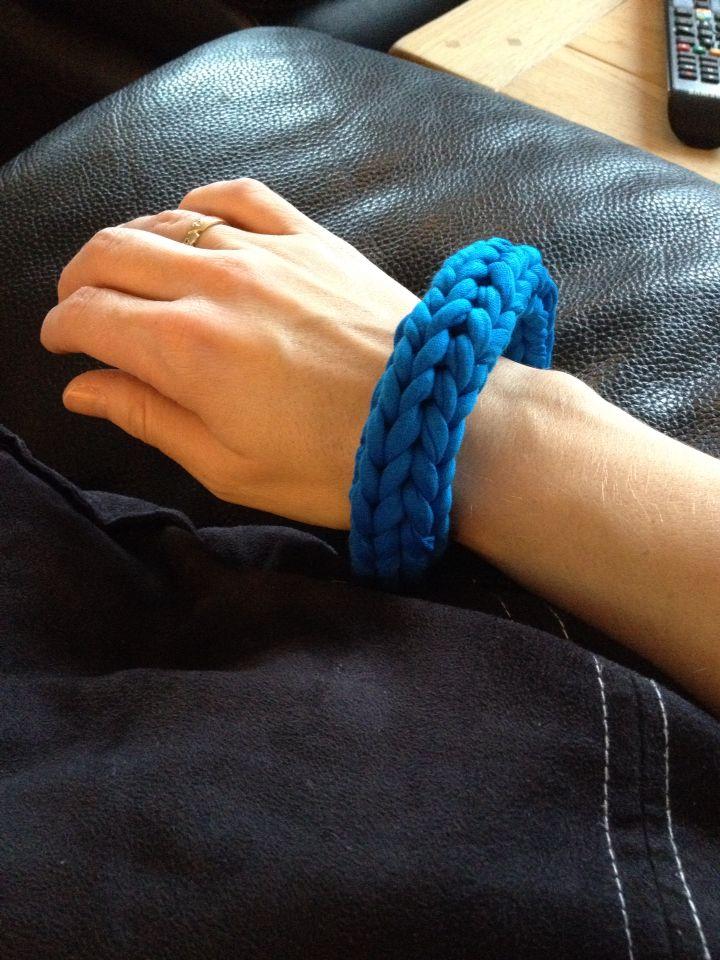 Strikket armbånd på strikkelise
