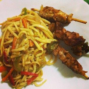 Tallarines y brochetas de pollo! Estoy echa una cocinitas! #tallatines #chinesefood #comidachina