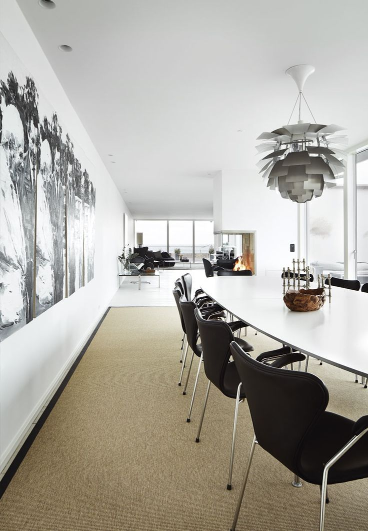 Series 7 chair by Arne Jacobsen and super elliptic table by Piet Hein and Bruno Mathsson from Fritz Hansen and Artichoke pendant by Poul Henningesen from Louis Poulsen | Arne Jacobsens Syver-stole i læder