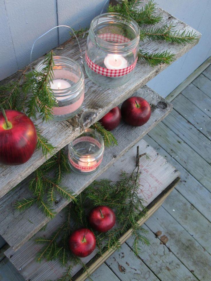 Lag kjempefine telysholdere med resikulerte glass, litt ståltråd, granbar og papirtape.