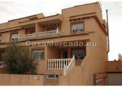 Te koop 135,000 Euro -  Deze speciale bungalow van 200m² heeft 3 etages, kelder, garage en diverse terrassen en is gelegen in Daya Nueva,Alicante,costa blanca.