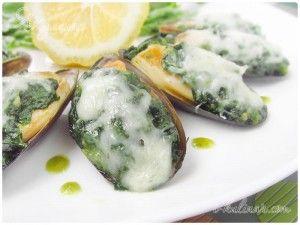 Мидии, запеченные в раковинах с сыром и шпинатом