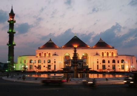 Mesjid Agung Palembang yang didirikan tahun 1783 adalah bgunan di #Palembang yang merupakan perpaduan budaya Eropa, Jawa & Cina. (Masjid Agung Palembang was built in 1783. Influenced by three architecture styles; European, Javanese & Chinese.)