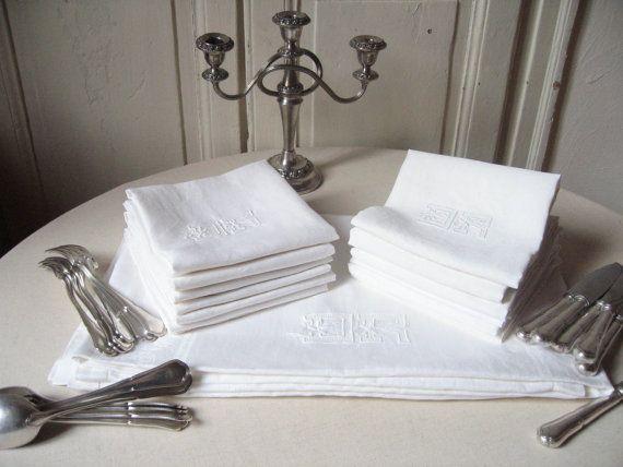 Nappe en lin damassé + 12 serviettes / Brodée, Motif roses /Grande nappe blanche rectangulaire Qualité hôtellerie /Vintage France Années 60