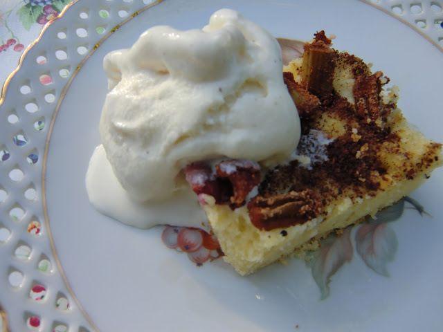 Glutenfri kanel- och vaniljdoftande rabarberkaka i långpanna