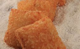 Pastel de tapioca com recheio de camarão da chef Kátia Barbosa: anote a receita.