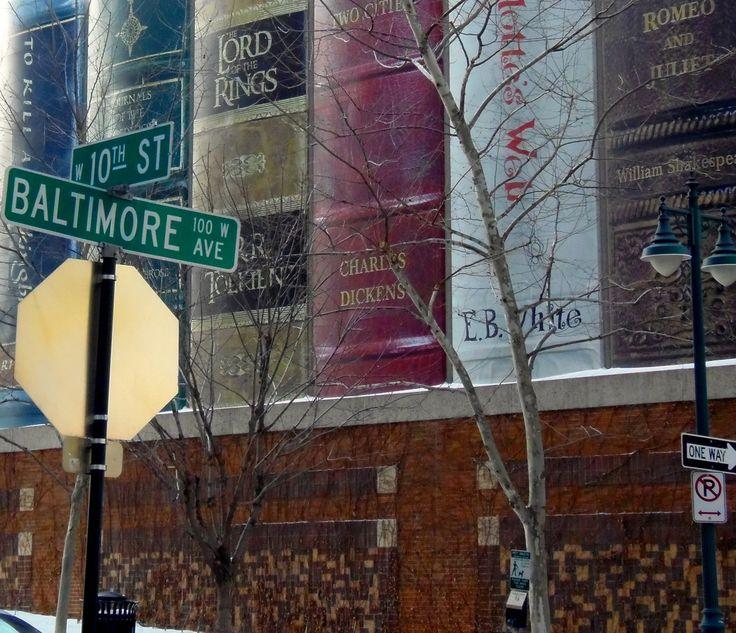 """カンザス市立図書館の駐車場 住民から「カンザスシティを代表する本」を公募し、その背表紙を並べた外装としている。Kansas City Library parking Is offering a """" book to represent the Kansas City """" from the residents , it is the exterior that lined the back cover ."""