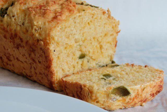 Φτιάξτε ζυμωτό ψωμί με γέμιση από τυρί και πιπεριά!
